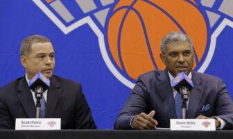 Scott Perry et Steve Mills en conférence de presse pour les New York Knicks