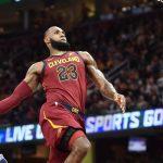 NBA – Top 10 de la nuit : LeBron James plie en deux les Sixers