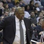 Insolite – Patrick Ewing fait le buzz en taclant son joueur pendant un temps mort