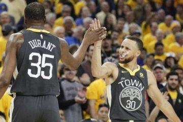 Kevin Durant et Stephen Curry sous le maillot des Warriors