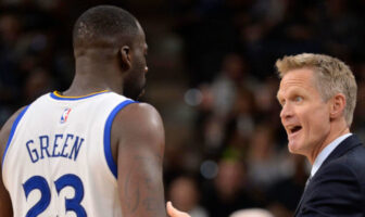 Draymond Green et Steve Kerr en pleine discussion