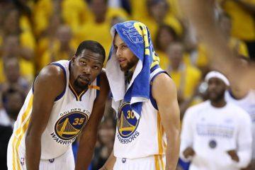 Kevin Durant et Stephen Curry discutent pendant un match des Warriors.