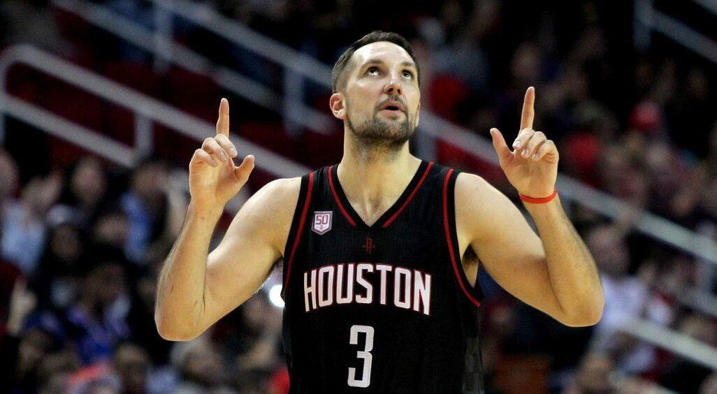 Ryan Anderson, doigts vers le ciel, sous le maillot des Rockets.