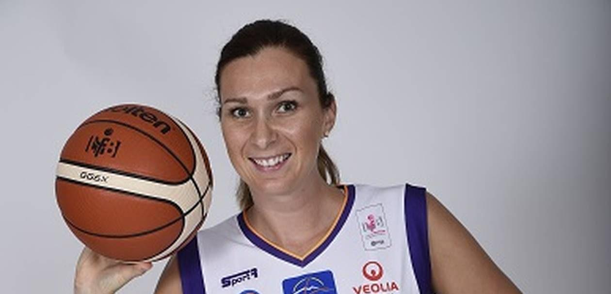 Elodie Bertal-Christmann, balle en main pour une photo officielle.