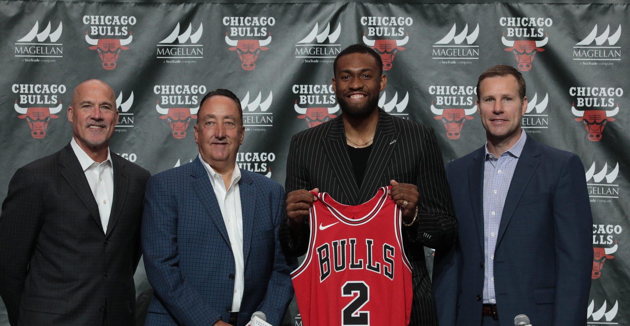 Jabari Parker pose avec le maillot des Chicago Bulls
