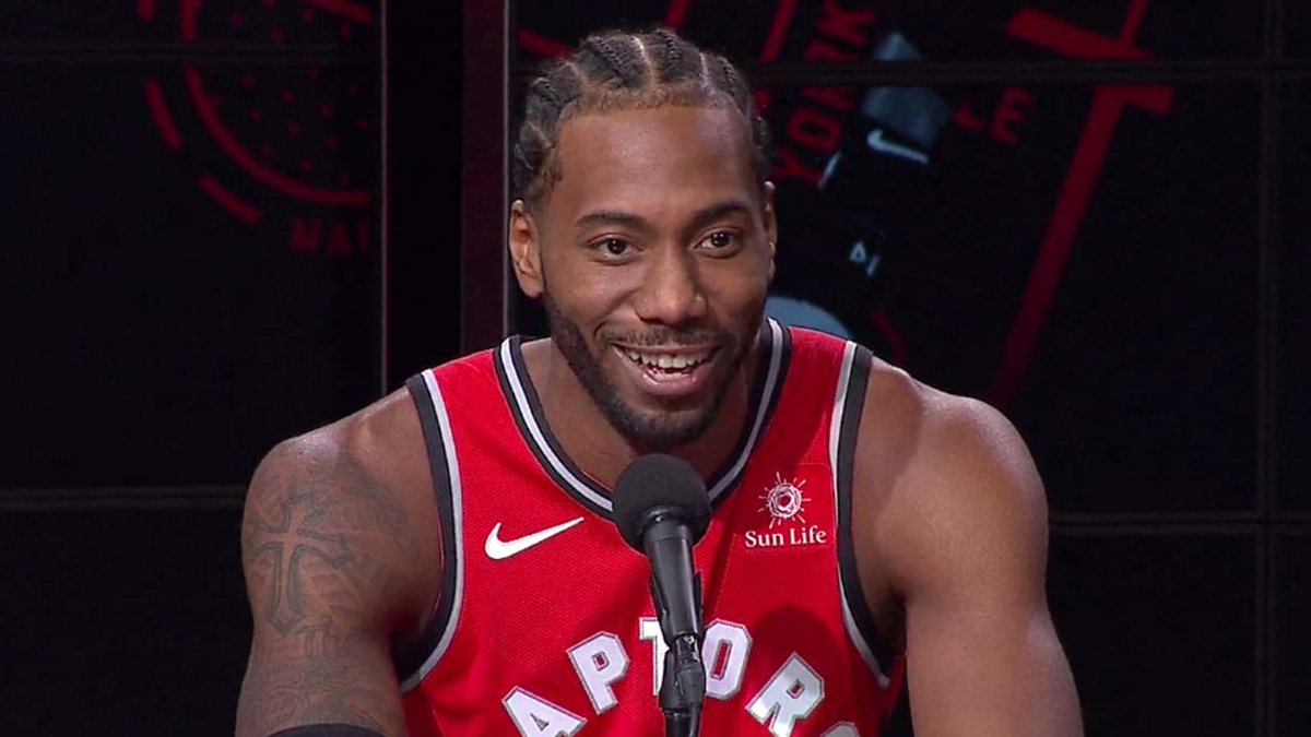 Kawhi Leonard sous le maillot des Raptors durant la conférence de presse