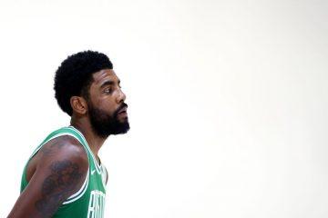 Kyrie Irving sous le maillot des Boston Celtics durant le media day