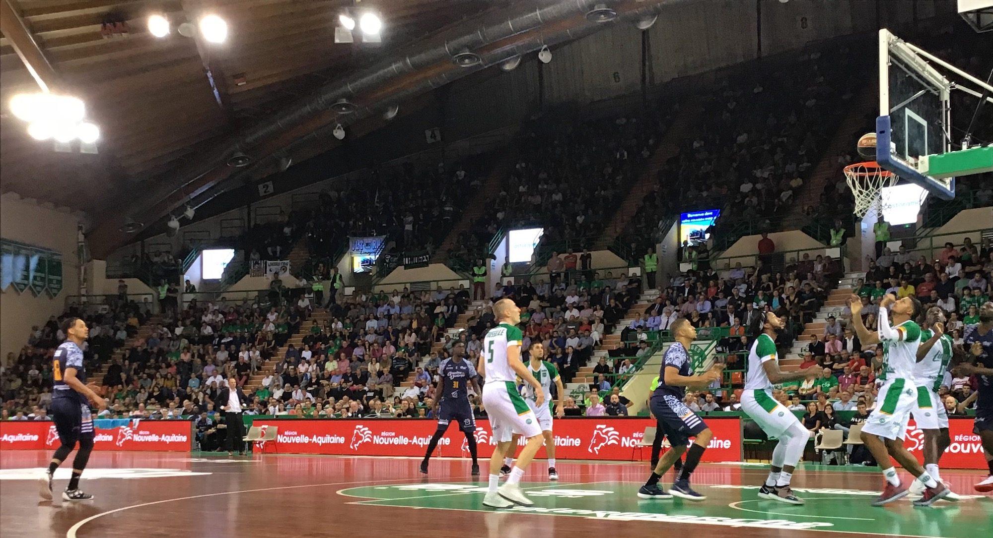 Les joueurs de Limoges et ceux de Gravelines-Dunkerque, sous le panier.