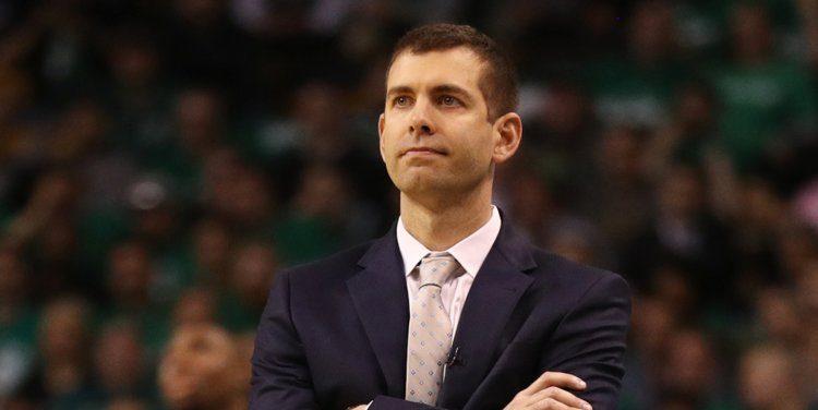 Brad Stevens en costume, pendant un match des Celtics.