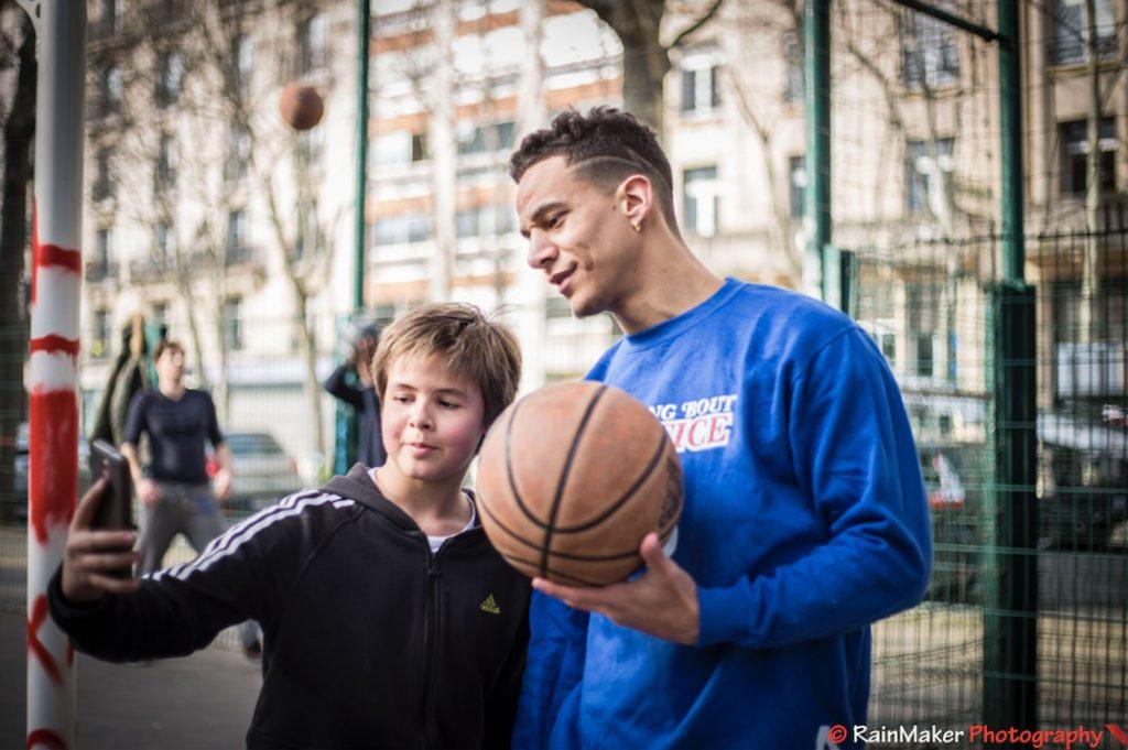 Brisco basket freestyle avec un fan de des vidéos youtube