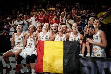 L'équipe féminine de basketball belge, drapeau à la main