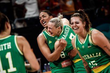 Les Australiennes se serrent dans les bras après s'être qualifiées pour la finale du Mondial