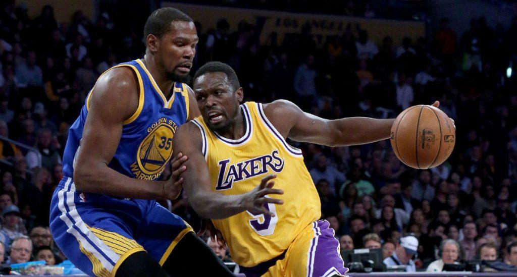 Kevin Durant sous le maillot des Warriors, face à Luol Deng sous le maillot des Lakers