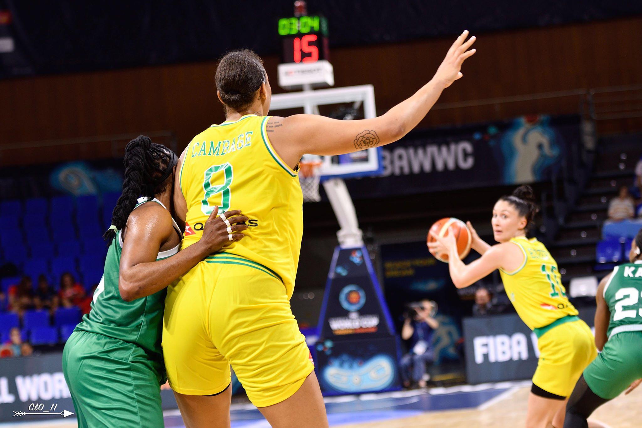 Liz Cambage sous le maillot de l'Australie appelle le ballon dos au panier face au Nigéria