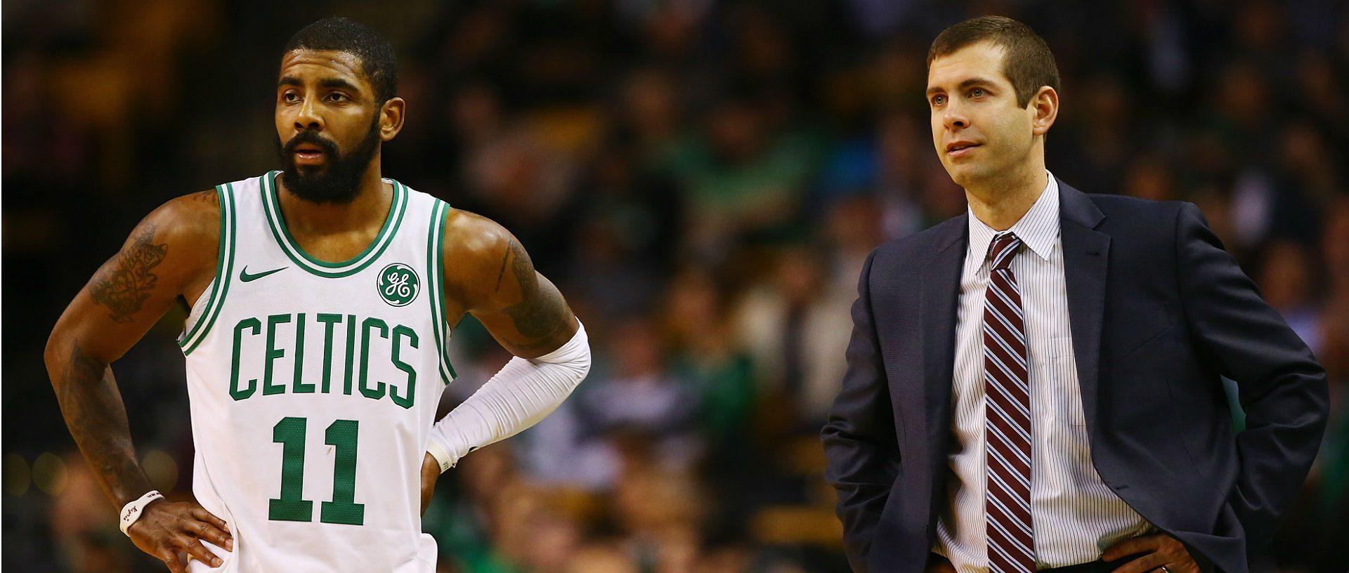 Kyrie Irving sous le maillot des Boston Celtics avec son coach, Brad Stevens