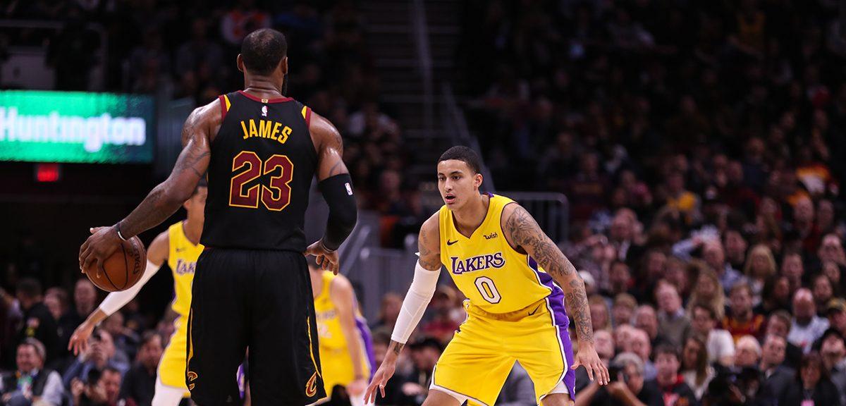 LeBron James sous le maillot des Cavaliers face à Kyle Kuzma sous le maillot des Lakers