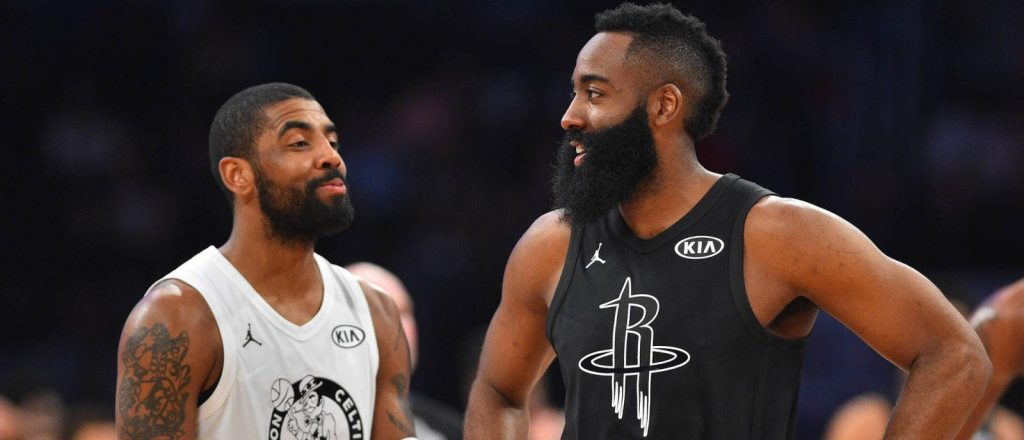 Kyrie Irving discute avec James Harden à l'occasion du All-Star game 2018