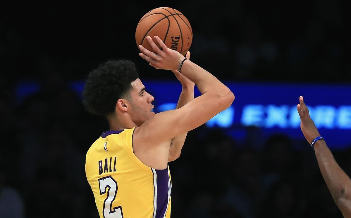 Lonzo Ball en plein tir, sous le maillot des Lakers de Los Angeles
