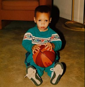 Steph Curry, ballon en main, enfant.