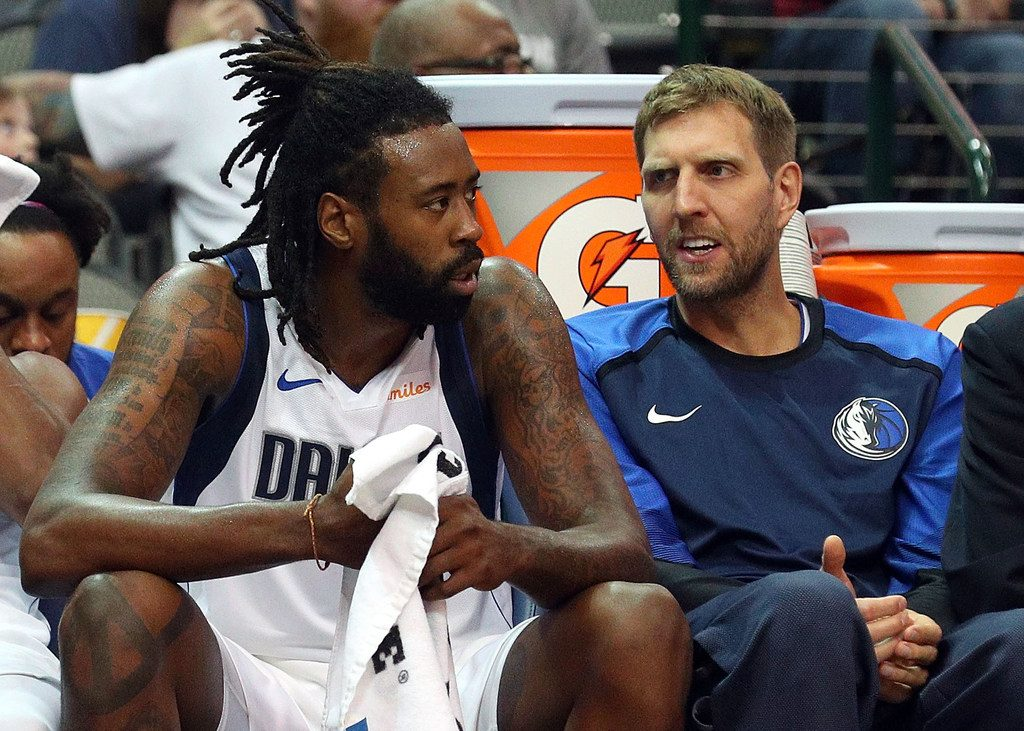 DeAndre Jordan au côté de Dirk Nowitzki sur le banc des Mavericks