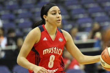 Bria Hartley, balle en main, sous le maillot des Washington Mystics