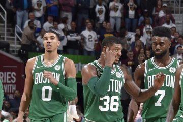 Al Horford, Jayson Tatum, Marcus Smart, Jaylen Brown et Kyrie Irving sous le maillot des Celtics.