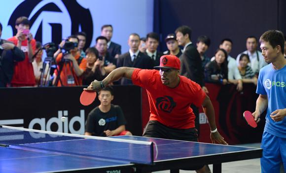 Derrick Rose joue au ping pong
