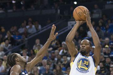 Kevin Durant au tir face à Andrew Wiggins lors d'un match entre les Warriors et les Wolves.