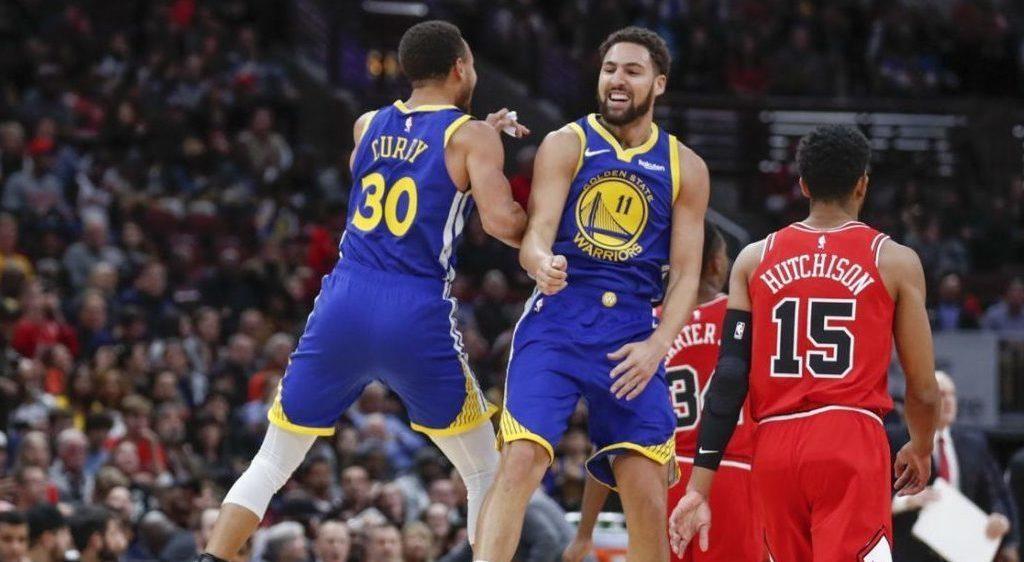 Klay Thompson célèbre son record de tirs à 3 points avec Stephen Curry.