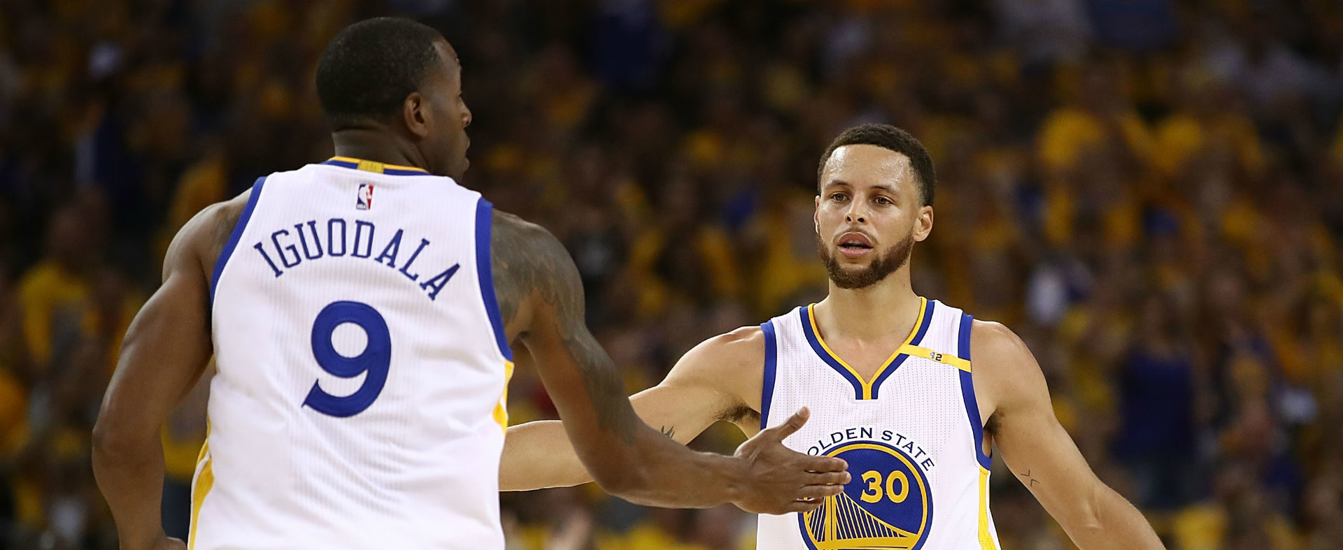 Andre Iguodala et Stephen Curry avec le maillot des Golden State Warriors