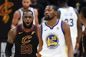 LeBron James, sous le maillot des Cavaliers, et Kevin Durant, sous le maillot des Warriors.