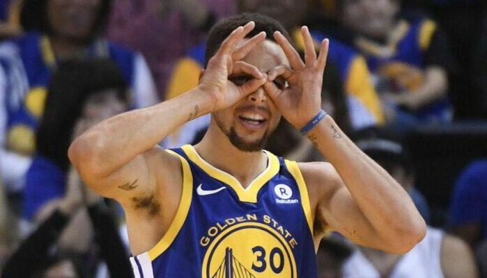 Curry sous le maillot des Warriors