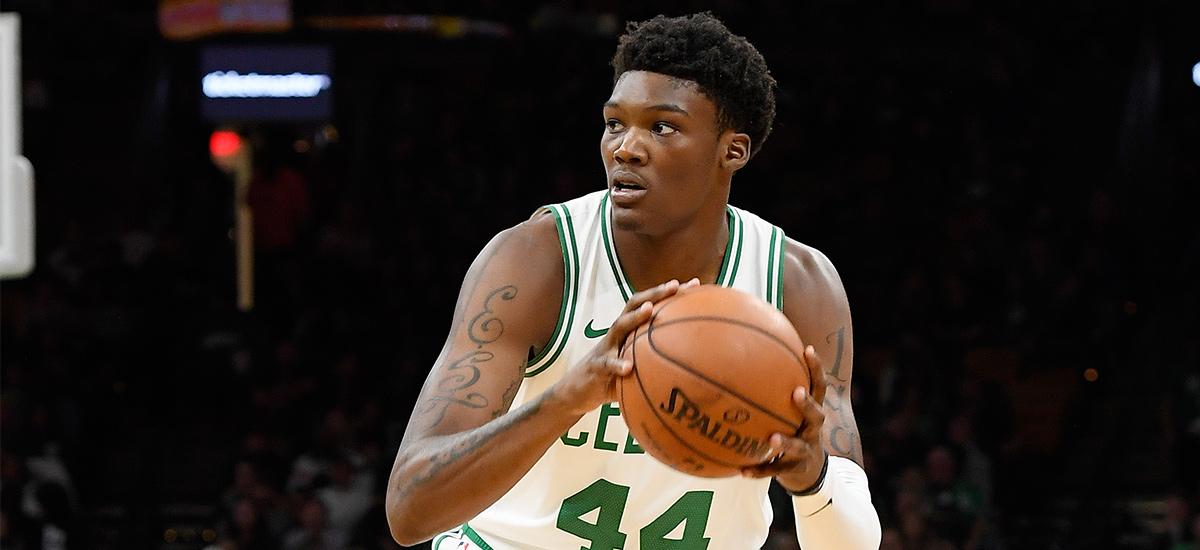 Robert Williams, balle en main sous le maillot des Celtics.