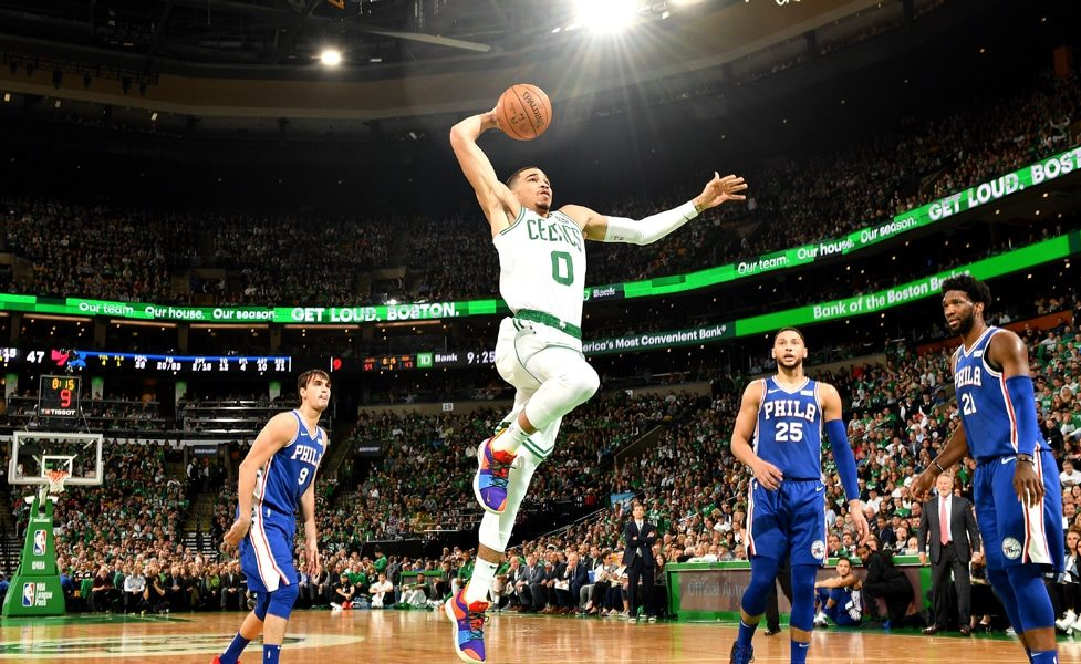 Jayson Tatum monte au dunk