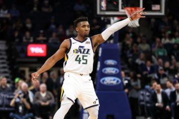 Donovan Mitchell célèbre son tir à 3 points.