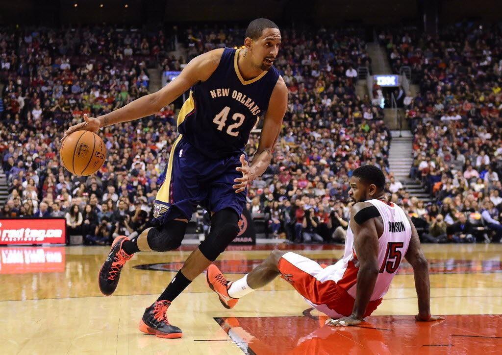 Alexis Ajinça dépasse Amir Johnson, sous le maillot des Pelicans.