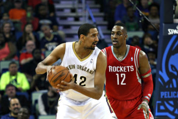 Alexis Ajinça face à Dwight Howard, sous le maillot des Pelicans.