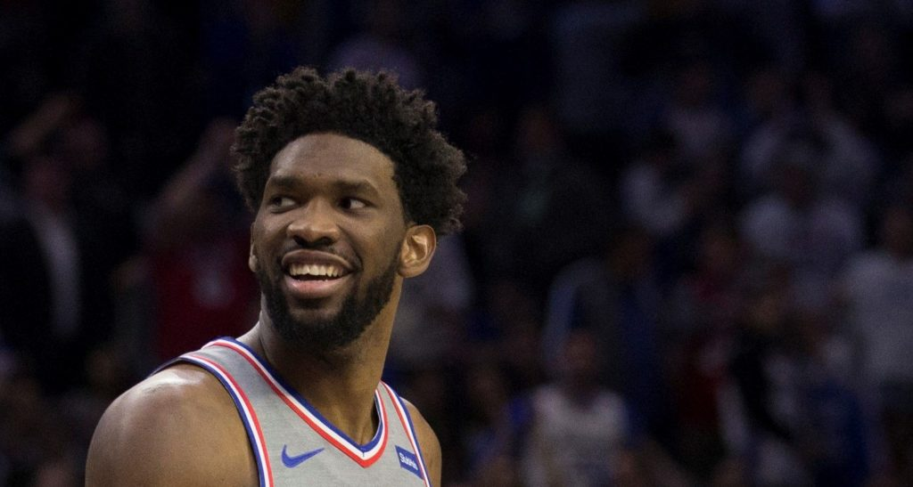 Joel Embiid, le pivot des Philadelphia 76ers, tout sourire