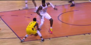 NBA – Top 10 de la nuit : Darren Collison met Deandre Ayton à terre !