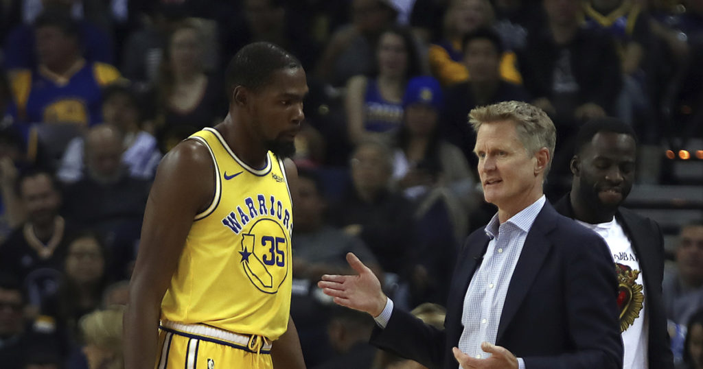 Steve Kerr et Kevin Durant en pleine discussion