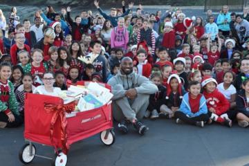 Kobe Bryant s'est rendu à l'Oxford Prep Academy, afin de faire une grosse surprise de Noël à des dizaines d'écoliers