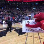 NBA – La géniale scène entre Robin Lopez et la mascotte des Raptors
