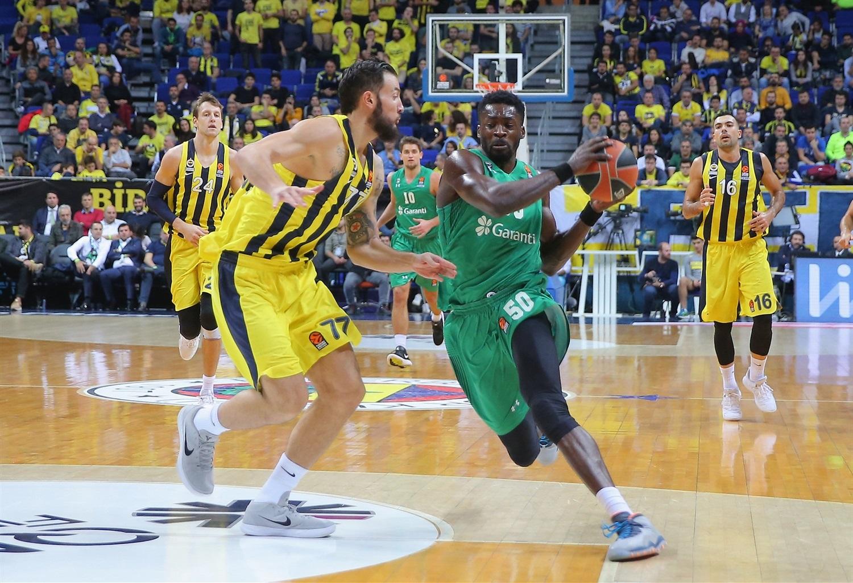 Le joueur du Darussafaka n'a pu se contenir en bousculant deux adversaires