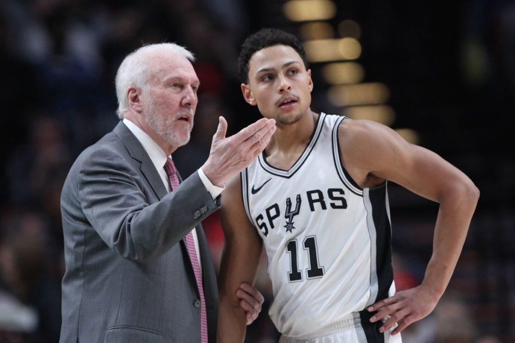 Gregg Popovich explique au Spur Bryn Forbes comment manier le tir à 3 points, arme des San Antonio Spurs.