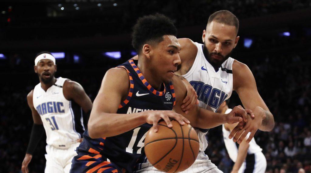 Allonzo Trier ballon en main face à Evan Fournier lors d'un match opposant les New York Knicks au Orlando Magic