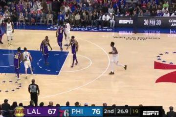 LeBron James a défendu Ben Simmons depuis la raquette alors que celui-ci n'avait pas encore franchi le milieu de terrain