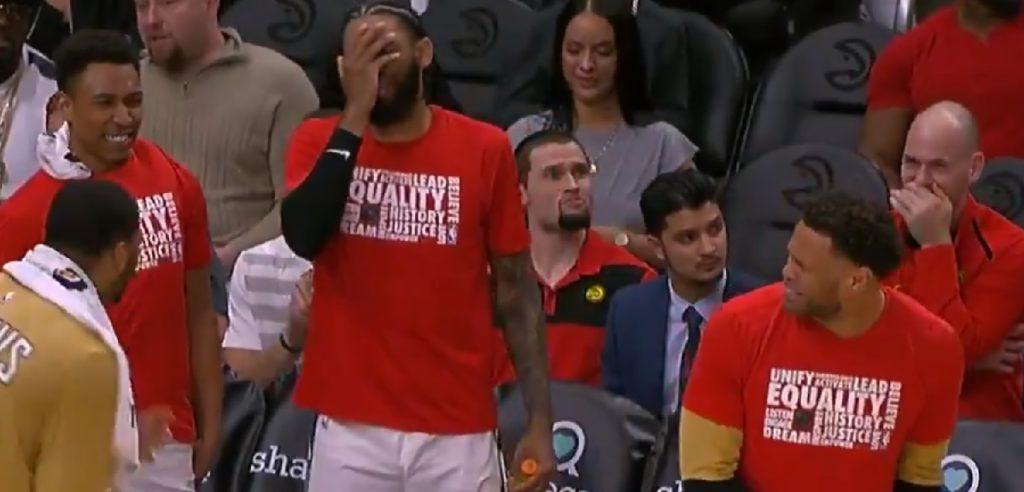 Le banc des Hawks réagit au move de Trae Young