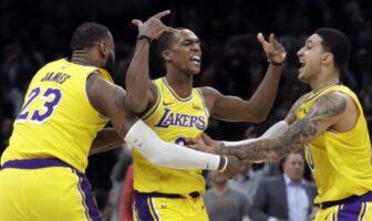 Les joueurs des Los Angeles Lakers LeBron James et Kyle Kuzma enlacent leur meneur Rajon Rondo