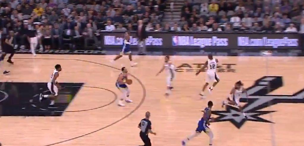 Steph Curry marque un très long tir face aux Spurs