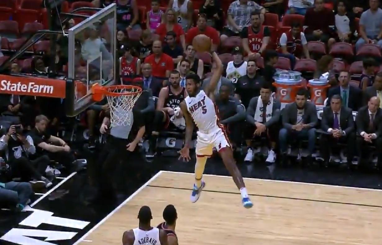 Derrick Jones Jr s'envole pour le dunk de l'année